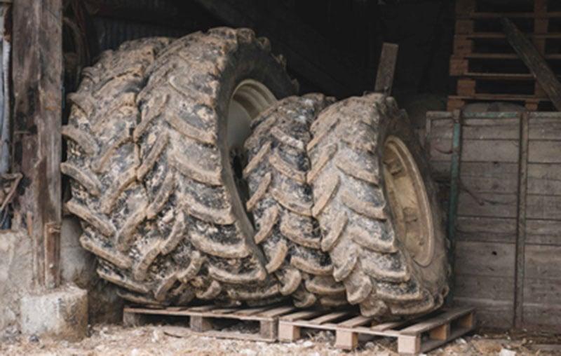 Stockez les pneus agricoles debout