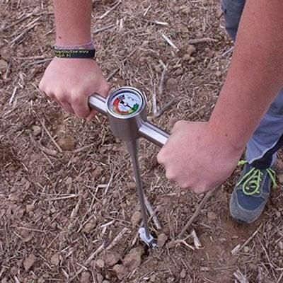 Pénétromètre pour mesurer la compaction du sol