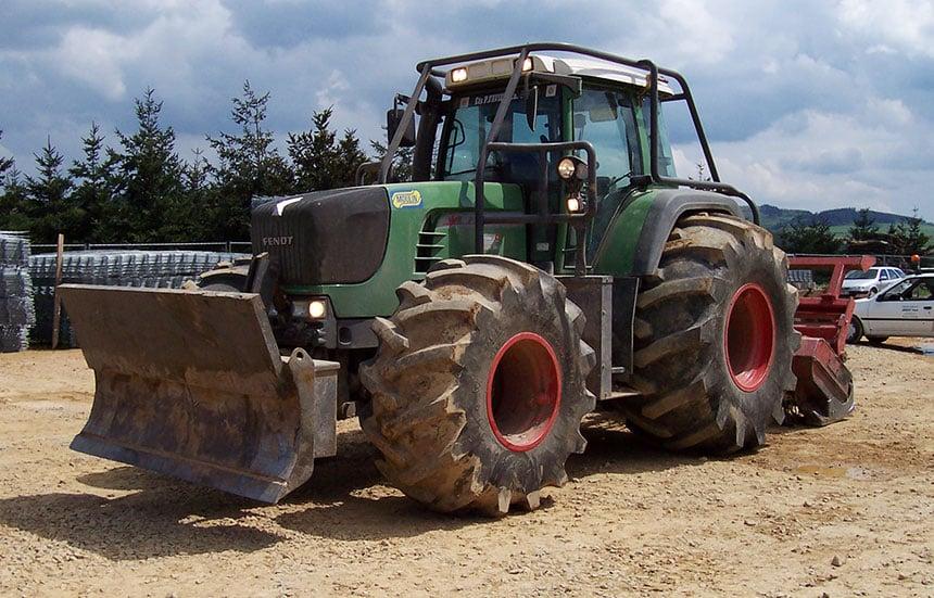 Tracteur équipé en pneus Forestry