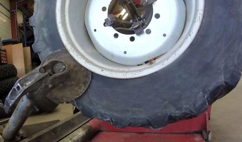 démonter le pneu crevé le laisser sur sa jante